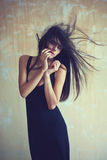 Zmysłowa piękna młoda kobieta z rozwija włosy Zdjęcie Royalty Free