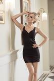 Zmysłowi blondyny z włosianym stylem w luksusowy nastrojowym zdjęcia royalty free