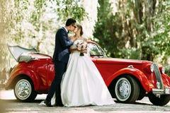 Zmysłowy buziak dwa w ich dniu ślubu Zdjęcia Royalty Free