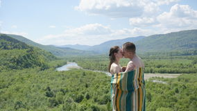 Zmysłowy buziak młoda uwodzicielska naga para zakrywająca koc dzień sunny lato Obraz Royalty Free