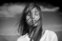 Zmysłowy czarny i biały portret młoda kobieta obrazy stock