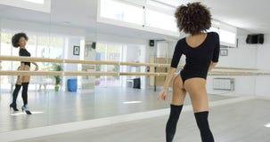 Zmysłowy i seksowny żeński tancerz w czarnym bodysuit Zdjęcia Stock