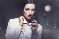 Zmysłowy kobieta kąska tux przy nocą w mieście Zdjęcia Royalty Free