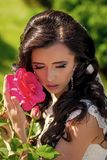 Zmysłowy kobiety ciało Kobieta z suknią i przesłona przy czerwieni różą zdjęcie stock