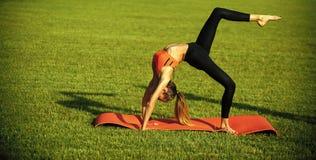Zmysłowy kobiety ciało Seksowna kobiety atleta robi joga ćwiczeniom, aktywność zdjęcie stock
