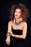 Zmysłowy kobiety mody model z Makeup i Permed włosy zdjęcia royalty free