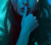 Zmysłowy kobiety neonowego światła połówki portret zdjęcia royalty free