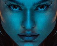 Zmysłowy kobiety neonowego światła portret obraz stock
