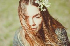 Zmysłowy marzycielski portret wiosny kobieta, piękna twarzy kobieta cieszy się Czereśniowego okwitnięcie, gałąź i naturalny piękn Obraz Royalty Free