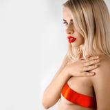 Zmysłowy portret ładna blondynki dziewczyna z faborkiem na piersi looki Zdjęcia Royalty Free