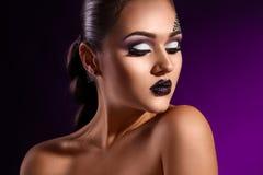 Zmysłowy portret eleganci dorosła kobieta na purpurowym tle Zdjęcie Stock