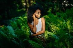 Zmysłowy portret nęcący młody afrykanina model z zielonym makijażem patrzeje na boku być wśród paproci Zieleń Obrazy Royalty Free