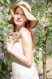 Zmysłowy portret wiosny kobieta z królikiem Obrazy Stock
