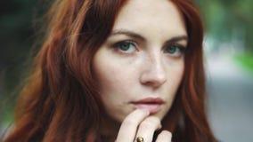 Zmysłowy zbliżenie portret piękna miedzianowłosa dziewczyna outdoors 20s zbiory