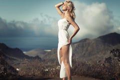 Zmysłowa blond kobieta bierze sunbath Fotografia Royalty Free