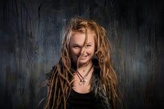 Zmysłowa blond kobieta z dreadlocks Zdjęcia Royalty Free