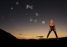 Zmysłowa sylwetka w pustyni przy zmierzchem Zdjęcie Royalty Free