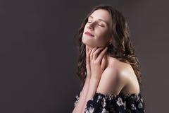 Zmysłowy brunetka model w cieniach Zdjęcie Royalty Free