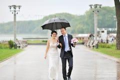 Zmysłowa ślub para, fornal i panny młodej tog, roześmiany i chodzący Obrazy Stock
