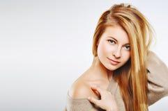 Zmysłowej kobiety Szczęśliwa blondynka Dziewczyna odizolowywająca na popielatym tle Prfect skóry Świeży zbliżenie Obrazy Royalty Free