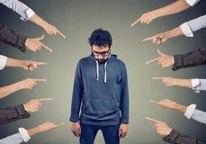 Znęcać się mężczyzna Jawny oskarżenia pojęcie zdjęcie stock