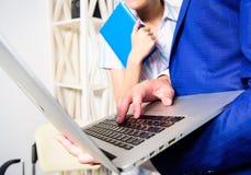 Znacząco opinia kolega Biurowego partnera biznesowego przedstawienia dane ewidencyjne statystyki online Szef i kolega lub zdjęcia royalty free