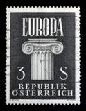 Znaczek drukujący w Austria pokazuje Jońskiego kapitał, pomysł Zlany Europa obrazy stock