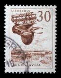 Znaczek drukujący w Jugosławia pokazuje Litostroj turbina fabrykę Zdjęcie Stock