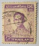 Znaczek drukujący w Tajlandia pokazuje królewiątko Bhumibol Adulyadej około 1, Obraz Royalty Free