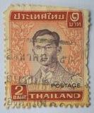 Znaczek drukujący w Tajlandia pokazuje królewiątko Bhumibol Adulyadej około 1, Obrazy Royalty Free