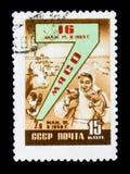 Znaczek pocztowy poświęcać mięsna produkcja i pokazuje przyjemnej kobiety z dwa świniami krowy i drób, około 1958 Fotografia Stock
