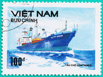 Znaczki pocztowi drukujący w Wietnam przedstawień statku w morzu Zdjęcie Royalty Free