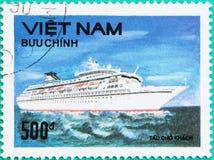 Znaczki pocztowi drukujący w Wietnam przedstawień statku w morzu Obraz Stock