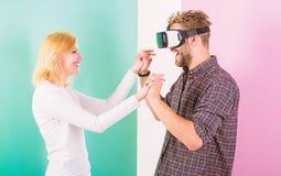 Znajdujący out dlaczego uczyć on tana Rzeczywistość wirtualna tana szkoła Obsługuje vr szkła tanczy z szczęśliwą uśmiechniętą dzi zdjęcie royalty free