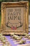 Znajduje Twój Partyjnego zwierzęcia znaka Zdjęcia Royalty Free