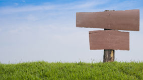 znak ślepej drewniane Haftujący na trawiastym pagórka tła niebie Zdjęcia Stock
