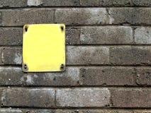 znak betonowego ściany żółty obraz stock