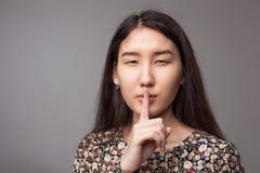 Znak cisza Palec wskazujący przy usta Zdjęcia Stock