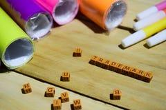 Znak firmowy na drewnianych sześcianach z kolorowym papierem i pióro, pojęcie inspiracja na Drewnianym tle obrazy royalty free