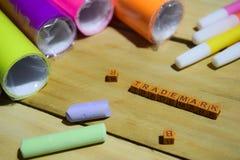 Znak firmowy na drewnianych sześcianach z kolorowym papierem i pióro, pojęcie inspiracja na Drewnianym tle obraz stock