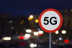 Znak 5G i nocy droga z samochodami obrazy royalty free