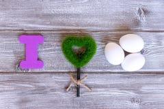 Znak kocham jajka robić kolorowi listy, zielonej trawy serce i naturalni jajka, eco zdrowy karmowy pojęcie obraz royalty free