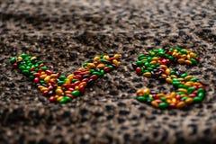 Znak konfrontacja w sporcie lub grą wykłada z cukierkiem na lamparcie zdjęcie royalty free