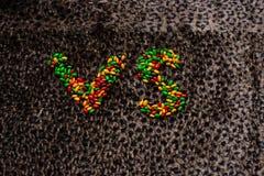 Znak konfrontacja w sporcie lub grą wykłada z cukierkiem na lamparcie zdjęcia royalty free
