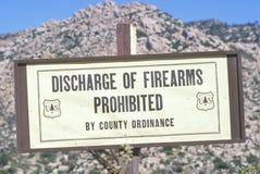 Znak który czyta ï ¿ ½ rozładowanie broni palnej prohibitedï ¿ ½ zdjęcia royalty free