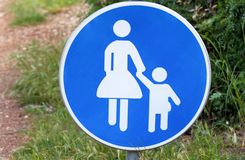 Znak lub symbol dla pedestrians Ostrzegawczy drogowy znak błękita znaka dziecko bierze opiekę gdy spacer przez drogowego symbol Zdjęcia Stock