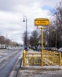 Znak metro przerwa metro linia m1 w Budapest fotografia stock