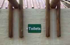 Znak na ściennych wskazujących toaletach obraz royalty free
