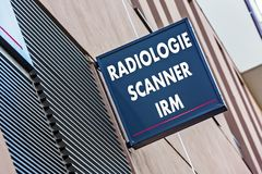 Znak na budynek wskazującej radiologii MRI i medycznych obraz cyfrowy usługa (Radiologia przeszukiwacza IRM w Francuskim) Obrazy Royalty Free