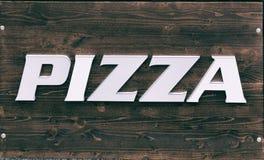 Znak na drewnianej stołowej pizzy obraz royalty free